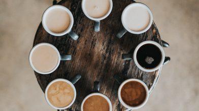 Decoratief: verschillende kleuren koffiekopjes